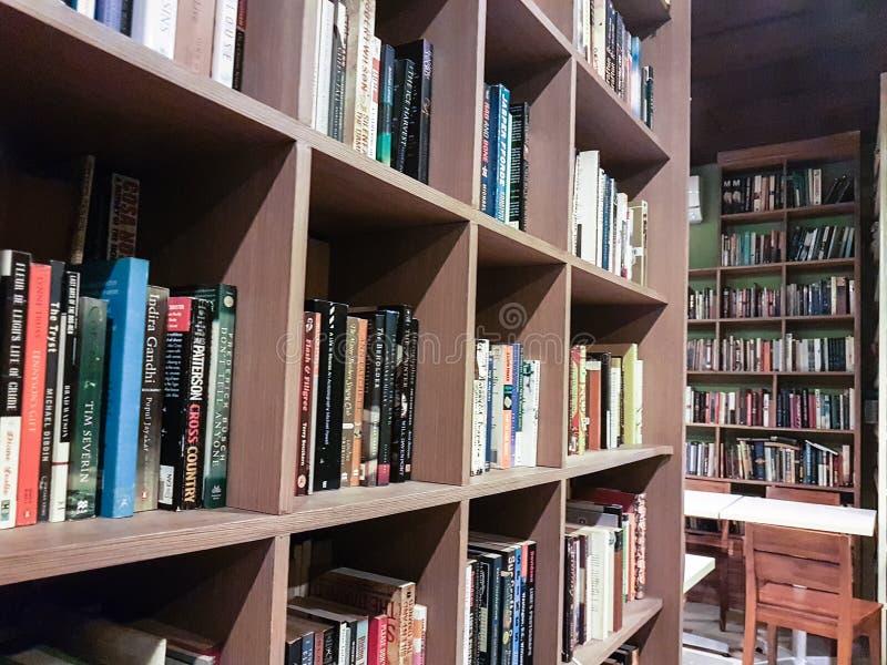 O café e a biblioteca são o melhor amigo fotos de stock royalty free