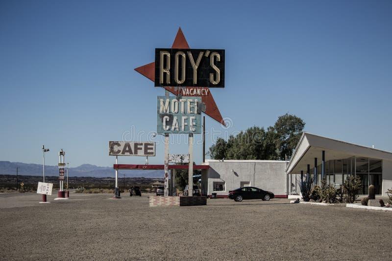 O café e o motel de Roy em Amboy, Califórnia, Estados Unidos, ao lado de Route 66 clássico imagens de stock