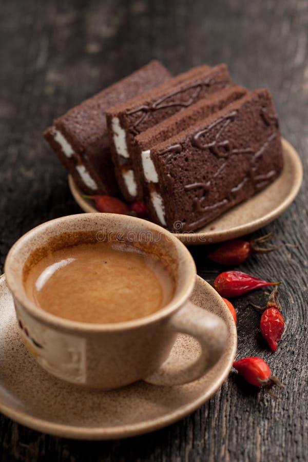 O café e os bolos abandonam o estilo simples da vila da composição com bagas foto de stock