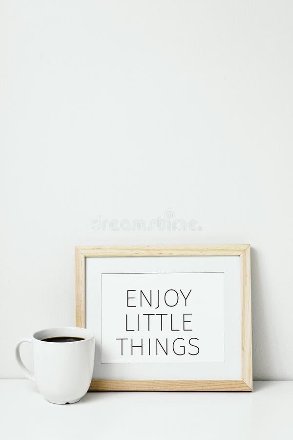 O café e o texto apreciam coisas pequenas foto de stock royalty free