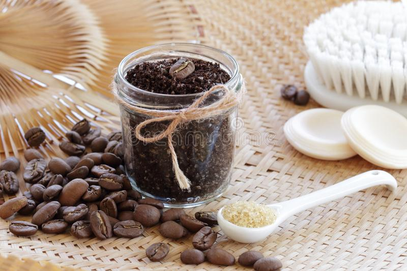 O café esfrega para cuidados com a pele fotos de stock