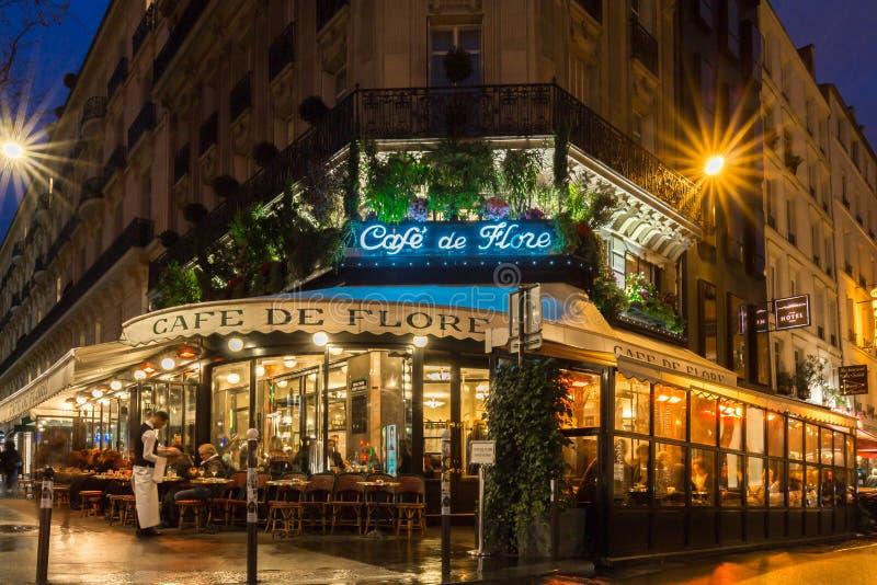 O café famoso de Flore na noite, Paris, França imagem de stock