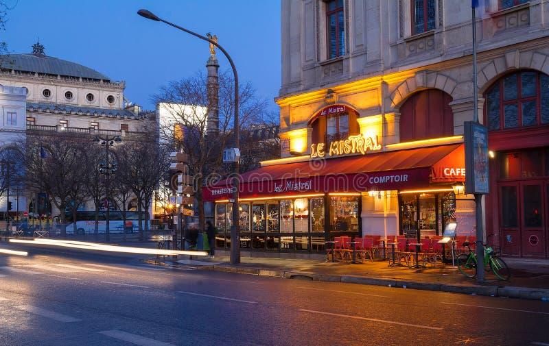 O café francês famoso Le Mistral decorado para o Natal, Paris, França imagens de stock royalty free