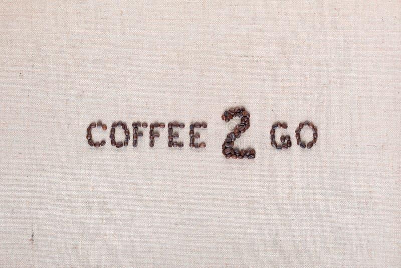O café a ir inscrição das sementes, arranjou no centro fotos de stock royalty free