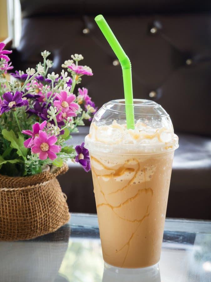 O café mistura dentro o copo plástico Servido com o chantiliy que cobre a fotos de stock