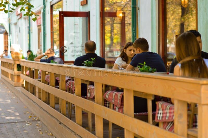 O café no ar livre, pessoa do verão está comendo fotografia de stock