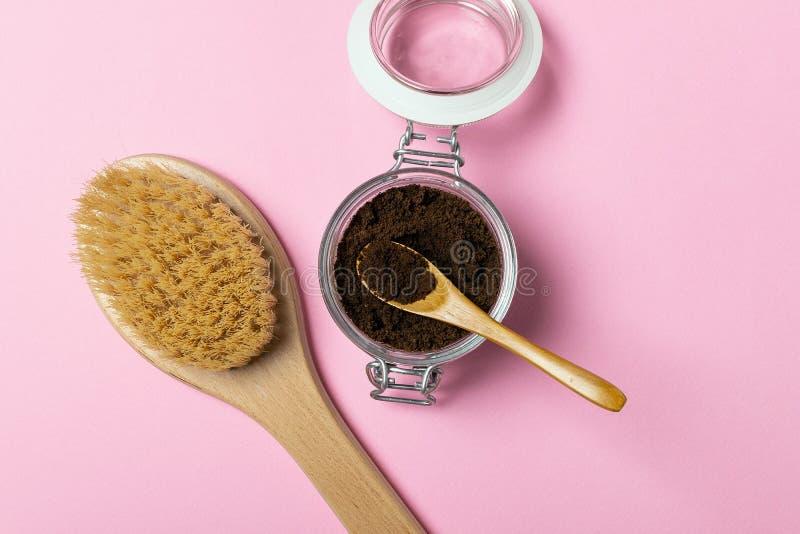 O café orgânico natural do anticellulite esfrega, escova de madeira da massagem fotografia de stock