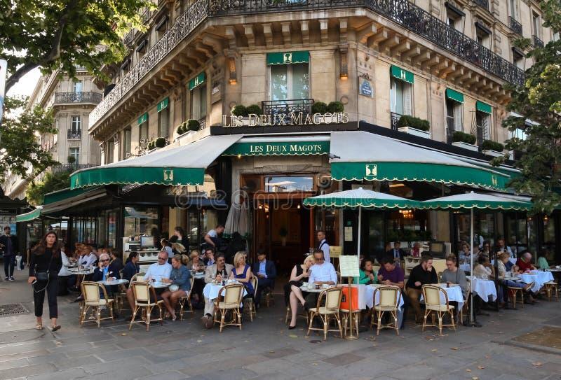 O café parisiense famoso Les Deux Magots, Paris, França imagem de stock