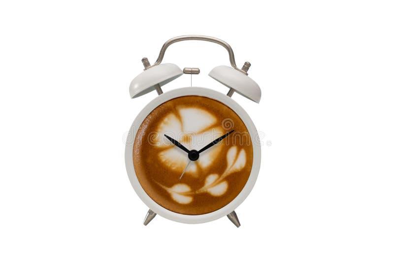 O café quente com espuma espumoso no projeto branco do despertador é café fotografia de stock royalty free