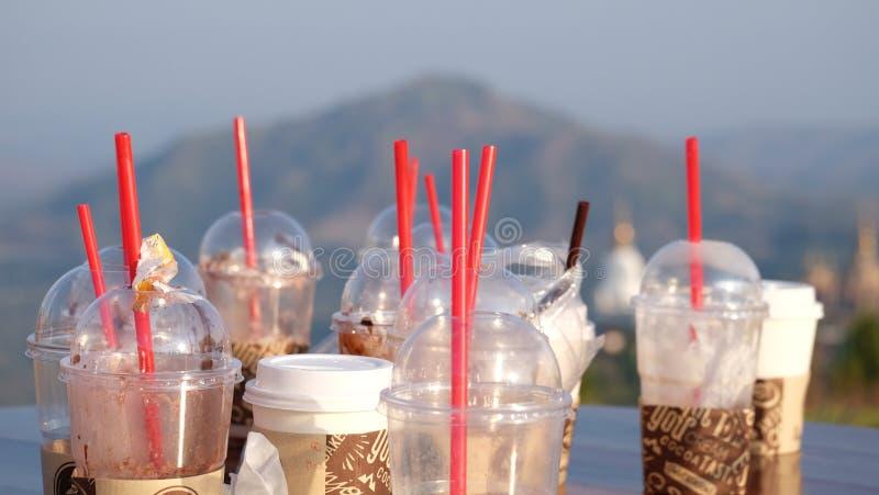 O café sujo leva embora copos com montanhas distantes imagem de stock