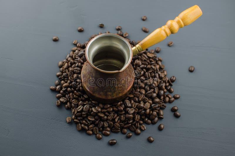 O café turco ou grego no coração deu forma a feijões de café roasted na tabela de madeira rústica branca da vista superior Saboro imagem de stock