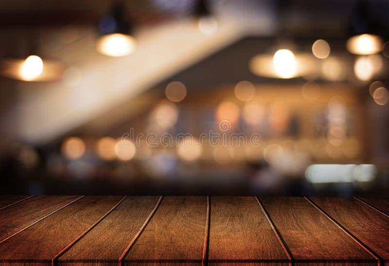 O café vazio da tabela da placa de madeira, cafetaria, barra borrou o backgro fotos de stock royalty free