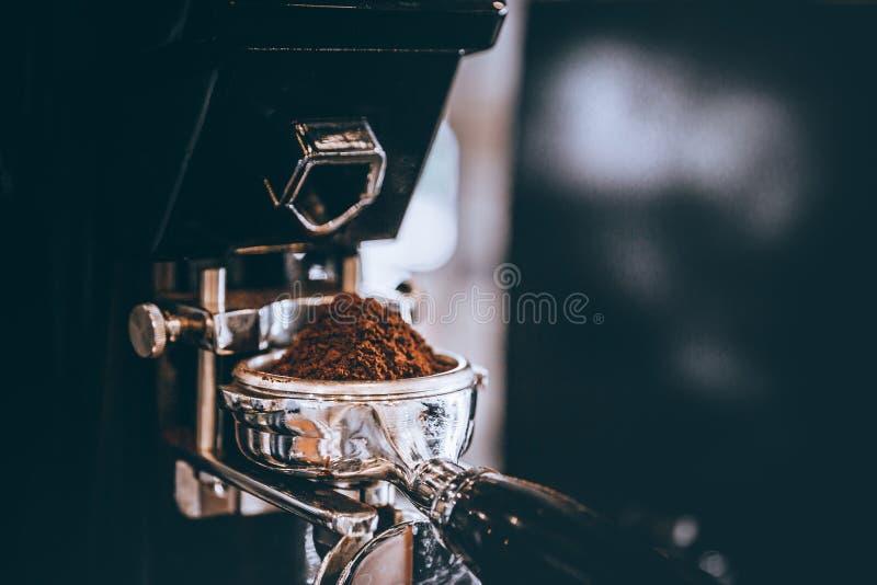 O caf? do barista da cafetaria roasted recentemente para fazer feij?es em um p? com m?quina fotografia de stock