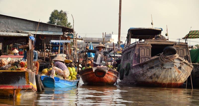 O CAI SOOU, VIETNAME - 5 de março de 2015 - vendedores dos produtos frescos vende do barco ao barco no mercado de flutuação de Ca imagem de stock