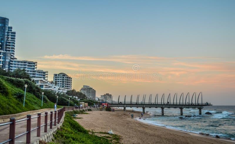 O cais bonito do passeio de Umhlanga uma barba de baleia fez o cais em Kwazulu Natal Durban North South Africa durante o por do s imagem de stock royalty free