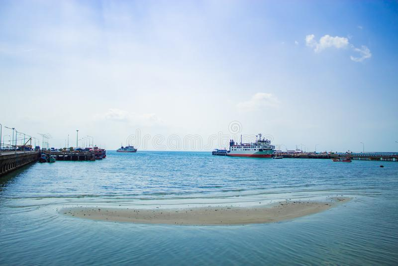O cais da pesca e o cruzamento do ferryboat No console fotografia de stock