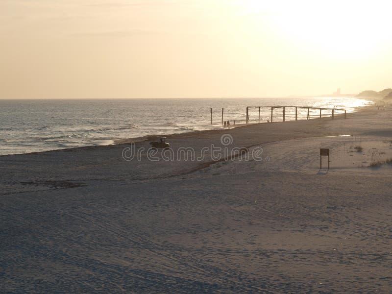 O cais das ondas de oceano da areia da praia nubla-se o céu fotografia de stock