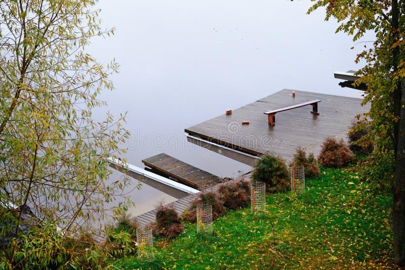 O cais de madeira no lago, vista superior imagens de stock