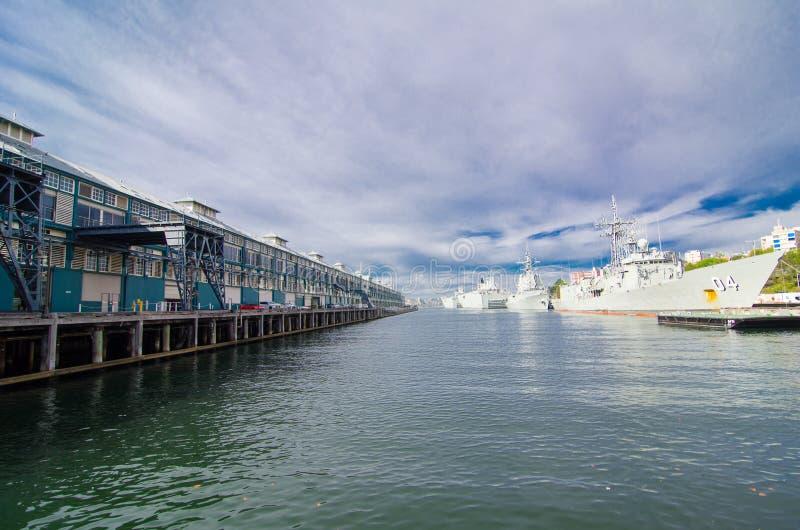 O cais do dedo com amarração da navio de guerra em bases da frota principal da marinha australiana real CORREU estabelecimentos imagem de stock