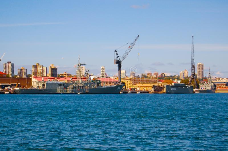 O cais do dedo com amarração da navio de guerra em bases da frota principal da marinha australiana real CORREU estabelecimentos foto de stock