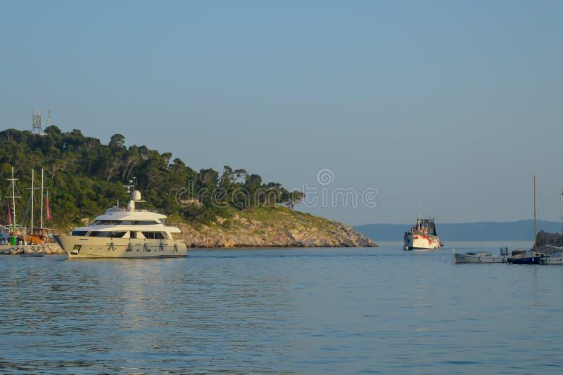 O cais do pescador da cidade de Makarska Costa de mar do adriático, Dalmácia, Croácia fotos de stock