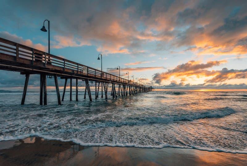 O cais e o Oceano Pac?fico no por do sol, na praia imperial, perto de San Diego, Calif?rnia foto de stock