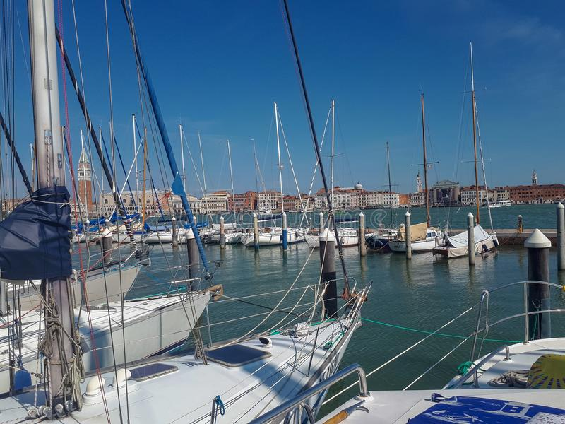 o cais em Veneza está completo imagem de stock royalty free