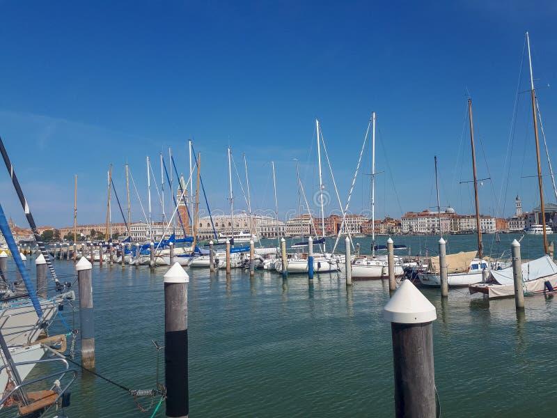 o cais em Veneza está completo fotos de stock