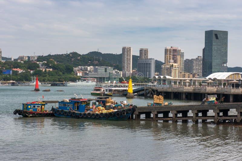O cais maré ocupado da cidade de Xiamen imagens de stock