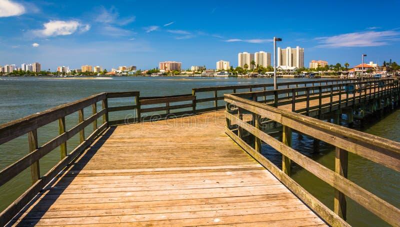 O cais no rio de Halifax e na vista de Daytona Beach, move a laranja foto de stock royalty free