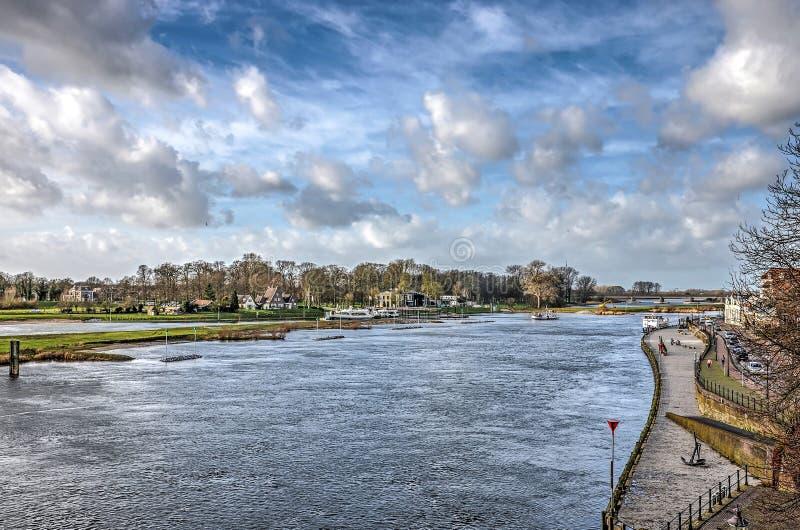 O cais, o rio e as nuvens fotografia de stock