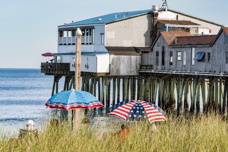 O cais velho histórico da praia do pomar, em Maine imagem de stock