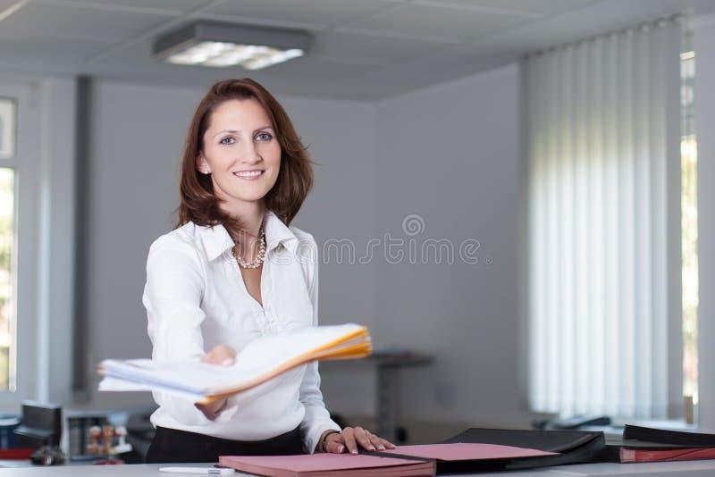 O caixeiro de escritório entrega originais fotografia de stock