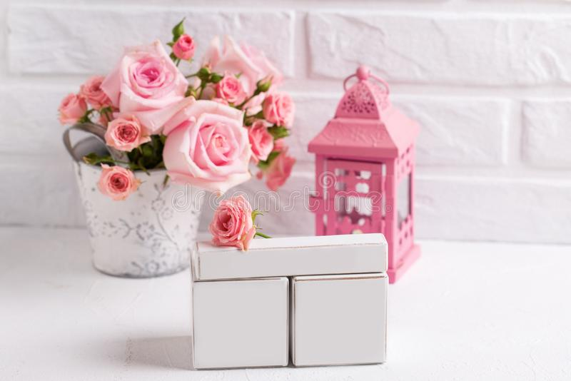 O calendário vazio com lugar para sua data, rosas cor-de-rosa macias flui imagens de stock
