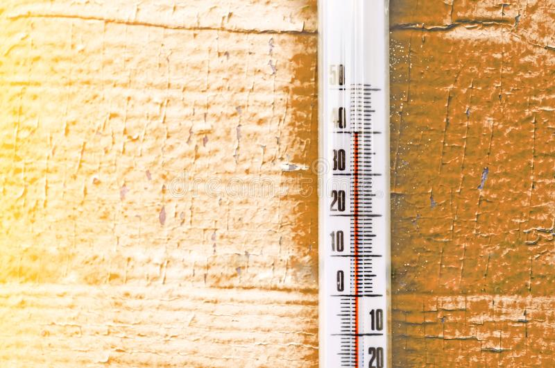 O calor, termômetro mostra que a temperatura é conceito quente do tempo quente fotos de stock royalty free