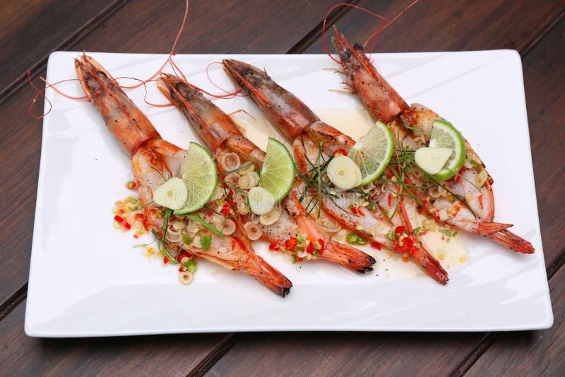 O camarão de rio picante grelhado com alho do cal e o nardo cortejam sobre imagem de stock