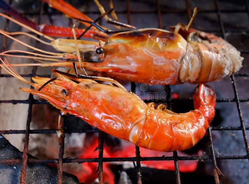 O camarão do close-up grelhou no espeto com chama macia imagens de stock