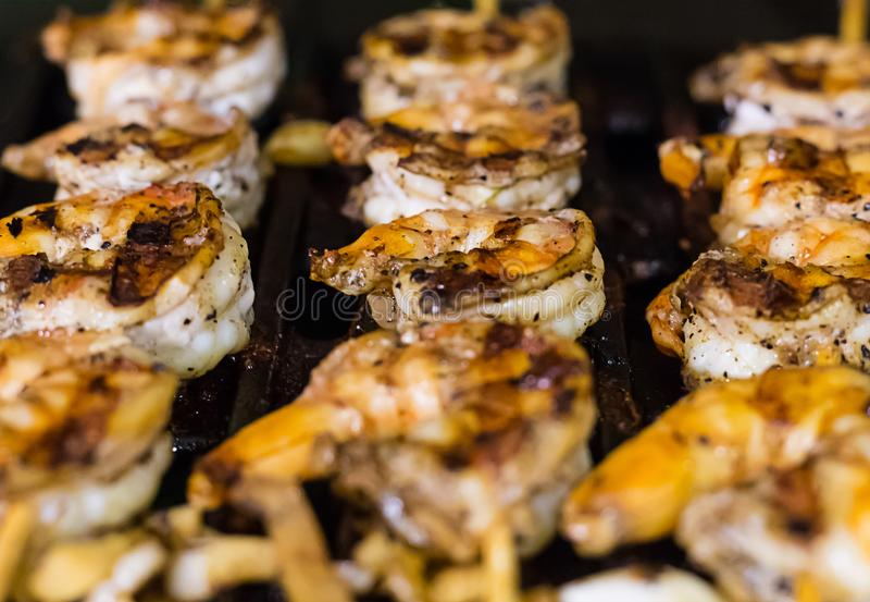 O camarão fritado apetitoso com especialidades afiadas grelhou o borrão do close-up no ponto das bordas do foco imagens de stock