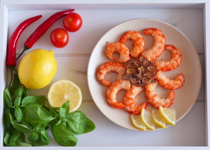 O camarão fritou em uma placa e em uns legumes frescos, fruto em uma bandeja bonita imagem de stock royalty free