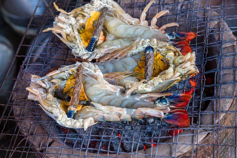 O camarão grande da grade do assado que cozinha o tempo do almoço, close up cozinhou o BBQ gourmet da grade do marisco Camar?es g imagens de stock