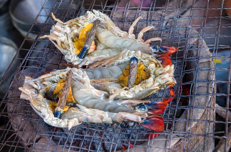 O camarão grande da grade do assado que cozinha o tempo do almoço, close up cozinhou o BBQ gourmet da grade do marisco Camar?es g foto de stock royalty free