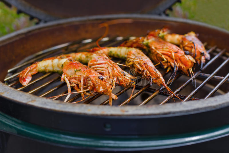 O camarão grelhou o marisco do BBQ no fogão, alimento fotos de stock royalty free