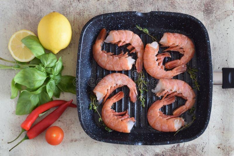 O camarão na bandeja com os ramos do tomilho fotos de stock royalty free