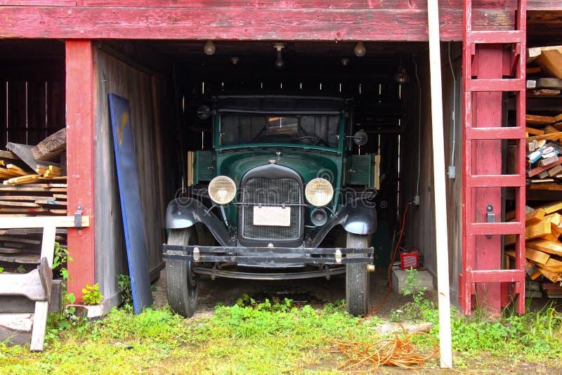 O caminhão antigo estacionou na jarda de madeira serrada velha Connecticut místico EUA cerca do maio de 2011 foto de stock royalty free