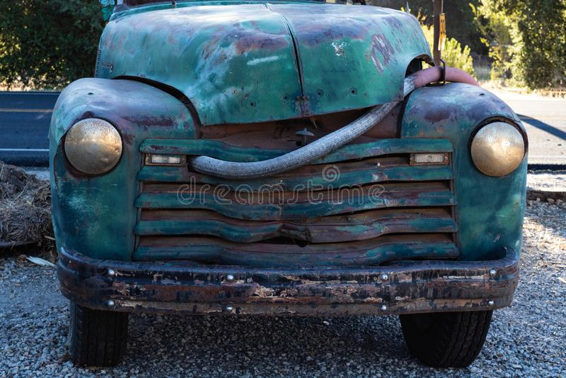 O caminhão azul do vintage, verde realmente velho de turquesa estacionou pela estrada fotografia de stock