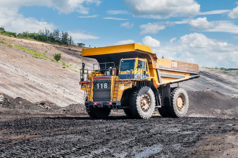 O caminhão basculante grande é maquinaria de mineração, ou equipamento de mineração ao transporte fotos de stock royalty free