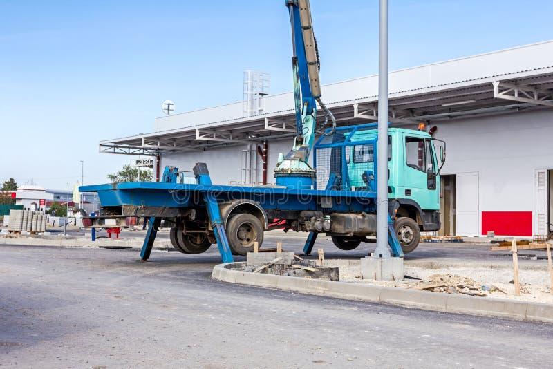 O caminhão com o estabilizador lateral prolongado da guiga dá o apoio ao mo foto de stock royalty free