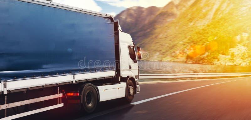 O caminhão corre rapidamente na estrada para entregar fotografia de stock royalty free