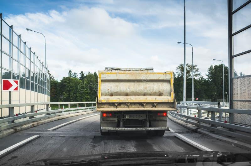 O caminhão de caminhão basculante industrial grande vai na estrada asfaltada fotografia de stock