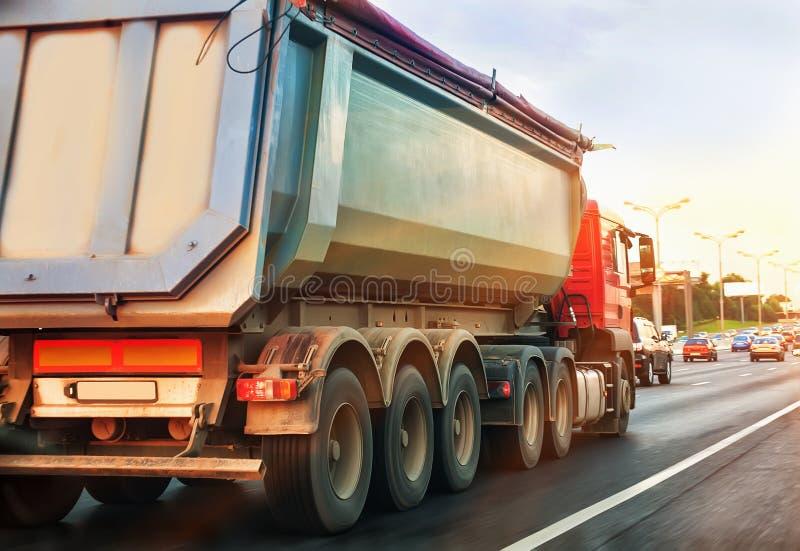 O caminhão de descarga vai na estrada imagem de stock royalty free